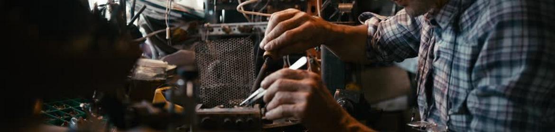 Радиодед паяет схему